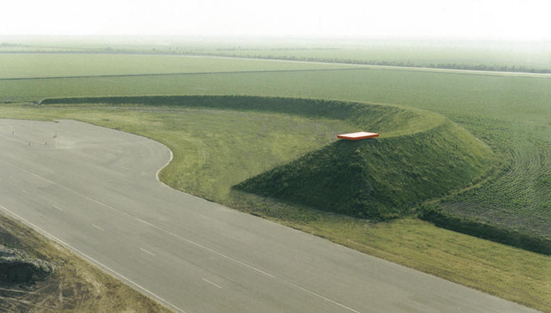 With his land art in the Flevo Polder, the sculptor wanted to make use of the specific flat and geometrically laid out landscape near Lelystad Holland.