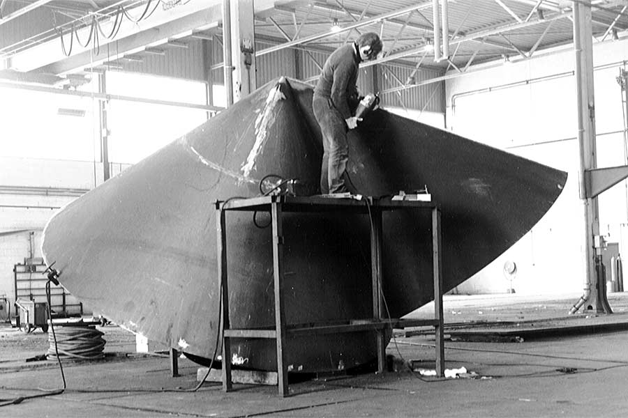 Here the sculptor Lucien den Arend is finishing a steel sculpture in an abandoned industrial hall.